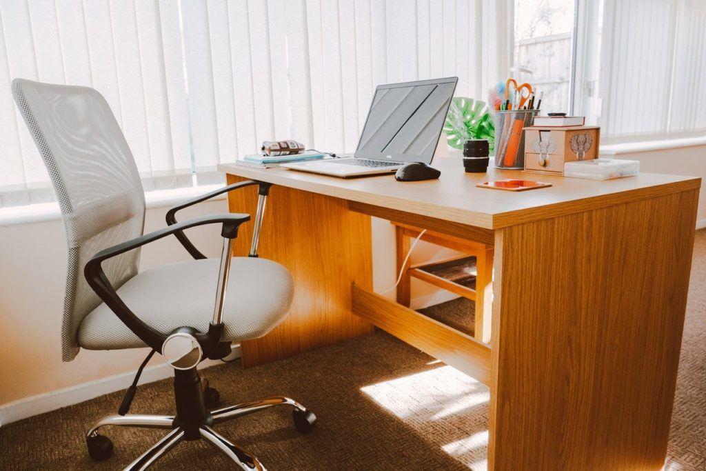 كيف تصمم مكتب في منزلك لانجاز اعمالك